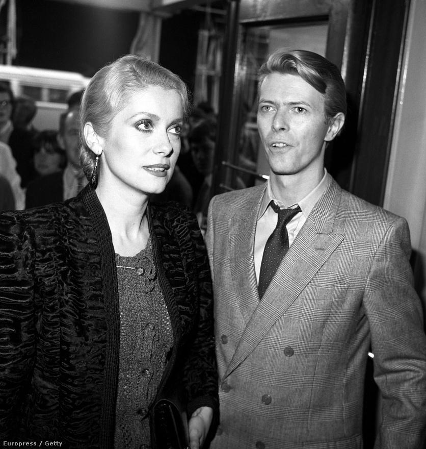 David Bowie-val az 1986-os Tony Scott-filmben Az éhségben játszott együtt. Ez volt Deneuve legsikeresebb amerikai filmje, rosszindulatú kritikák szerint főleg az akkoriban merésznek számító leszbikus szexjelenet miatt. A színésznő egy többszáz éves egyiptomi vámpírt játszik, aki New York-ban vadászik zsákmányra.