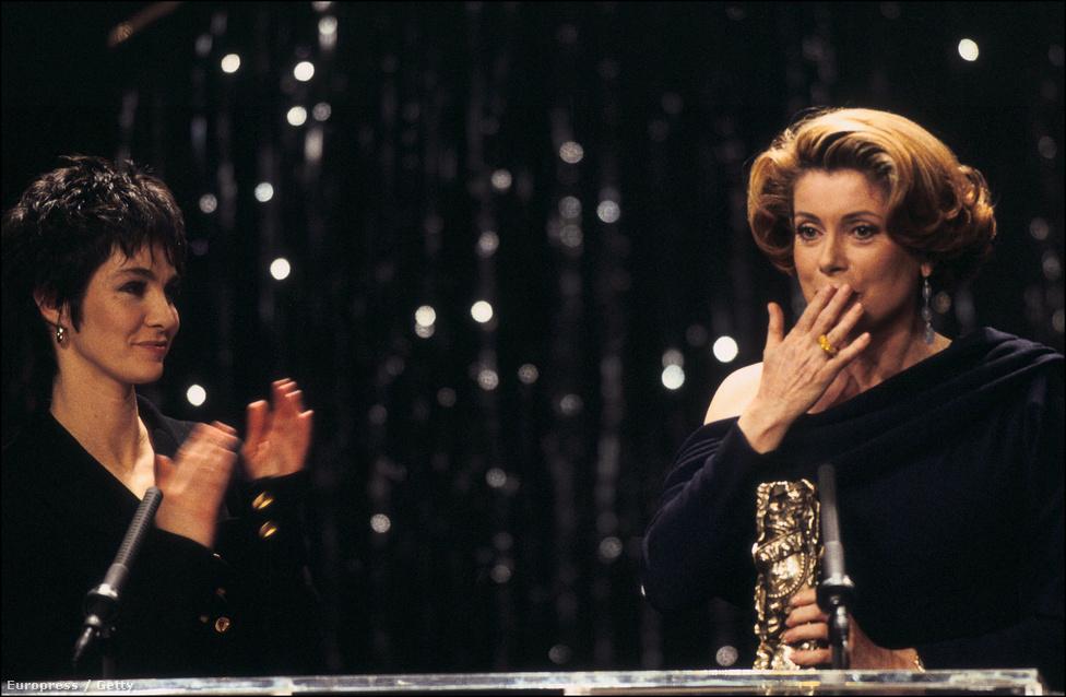 A Cézár-díjátadón 1993 februárjában. Deneuve az Indokína főszerepéért nyerte el a legfontosabb francia filmdíjat. Ezért a szerepért jelölték Oscar-díjra is, de azt nem kapta meg. Cézárra viszont tizenegyszer jelölték, ebből kétszer nyert is.