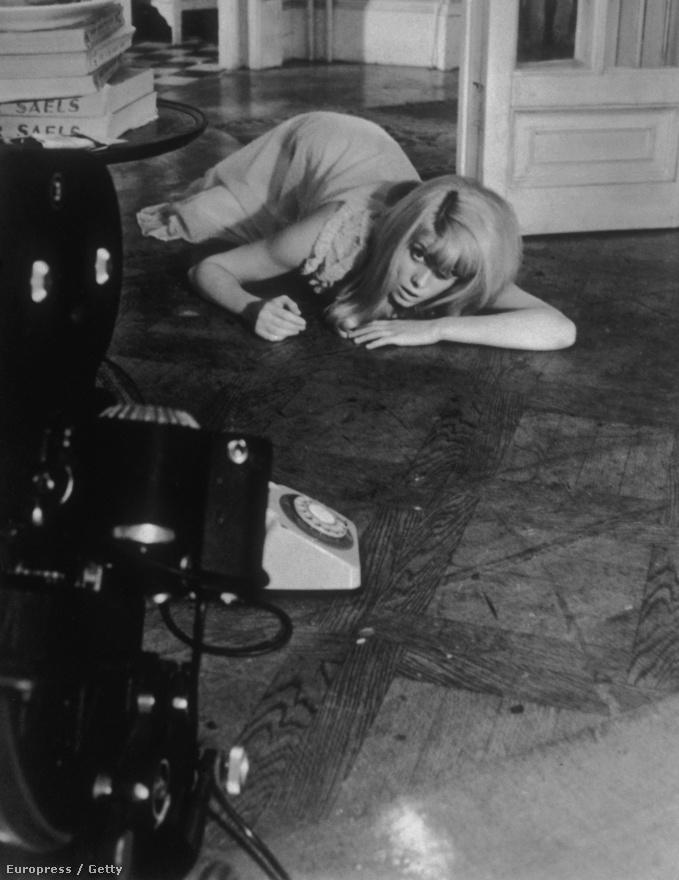 Roman Polanski 1965-ös filmjében, az Iszonyatban. Deneuve sosem járta a könnyű utat, egészen fiatal korától figyelt arra, hogy a nagy népszerűséget hozó, könnyen emészthető filmek mellett vállaljon nehezebb szerepeket, megosztóbb, megbotránkoztatóbb filmeket is. Az Iszonyat egy olyan nő története, aki valamiért undorodik a férfiaktól. Amikor nővére néhány napra magára hagyja, bezárkódik a lakásába és elhatalmasodik rajta az őrület.