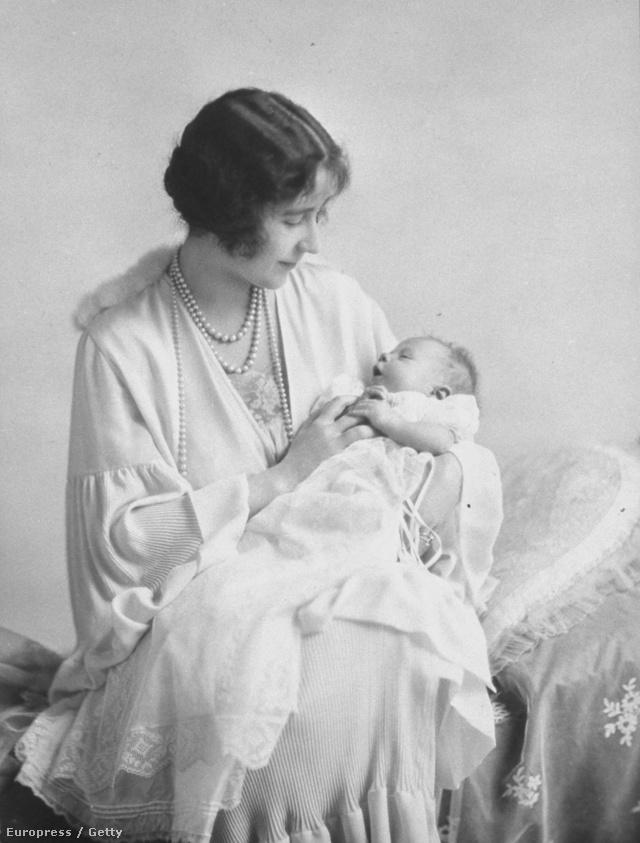 Az Anyakirálynő II. Erzsébettel a kezében 1926-ban. A keresztelőszoknyát 60 királyi sarj viselte.