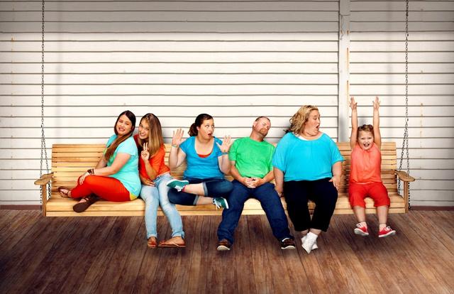 Együtt a család – a jobb oldalon felemelt karral Honey Boo Boo, azaz Alana, mellette kékben édesanyja, Mama June, mellette Sugar Bear, mellette pedig Alana három nővére