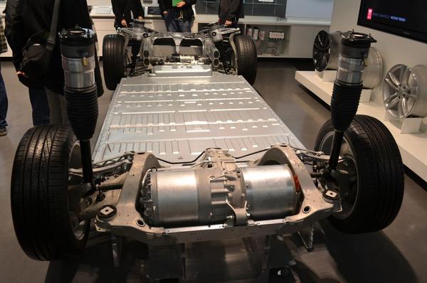 A Model S teljes padlója akkuból van