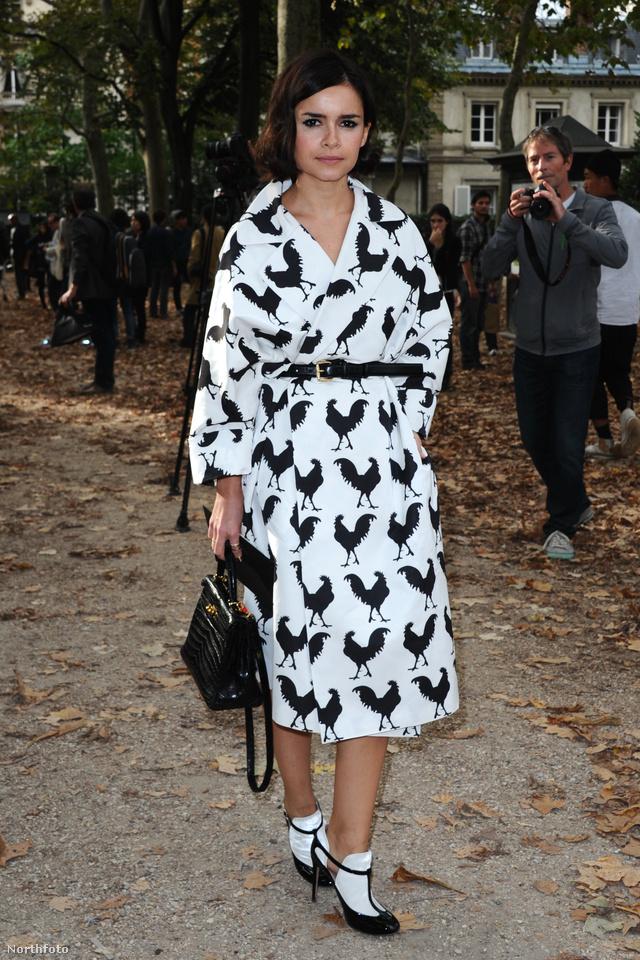 Miroslava Duma fekete-fehér kabátruhában a divathéten.