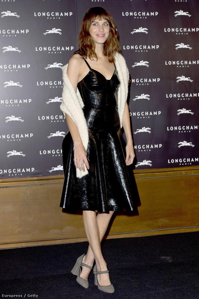 Alexa Chung tömzsi sarkú cipőjéhez egy fekete bőr ruhát választott.
