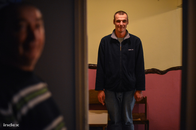 János leszokott heroinfüggő, már maga sem tudja, pontosan hány éve él az utcán. Több pszichiátriai osztályon járt már, mert meg akart gyógyulni, és jelenleg a Máltai Szeretetszolgálat pszichológusától kap ellátást.
