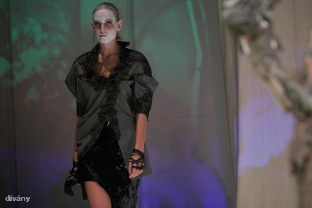 A modellek arcát az extravagáns ruhák mellé hulla fehérre meszelték.