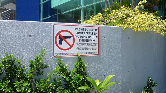 A plázákba fegyvert bevinni szigorúan tilos!