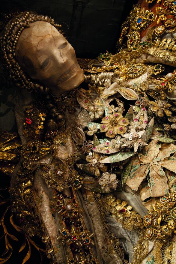 Szent Luciana. A csontvázak többségét már nem is templomokban őrzik, hanem leginkább eldugott helyeken, raktárakban vannak. Az egyiket például Svájcban egy garázs hátuljában kialakított raktárhelyiségben találta a fotós. Csak úgy odatették ötven-hatvan éve. Lomok, kidobott bútorok alatt ült a dobozában, mesélte a fotós egy interjúban.
