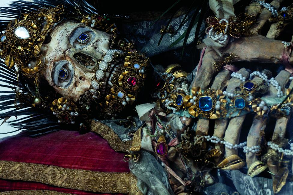 Szent Valérius, Weyarn, Németország. A csontvázak, amelyeket később gondos kezek valódi műalkotásokká alakítottak, 1578-ban kerültek elő a Róma alatti katakombákból. A katolikus egyház ekkoriban szűkében volt ereklyéknek. Pótolnia kellett valahogy mindazt, ami elpusztult a reformáció hajnalán. A katakombákban felfedezett csontok éppen megfeleltek erre a célra, csupán azt kellett mondani róluk, hogy az első keresztény mártírok földi maradványai.