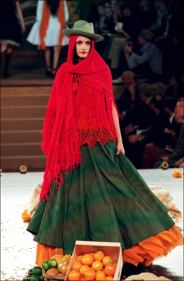 1998-as tavaszi-nyári kollekciójával Frida Kahlo előtt kívánt tisztelegni.