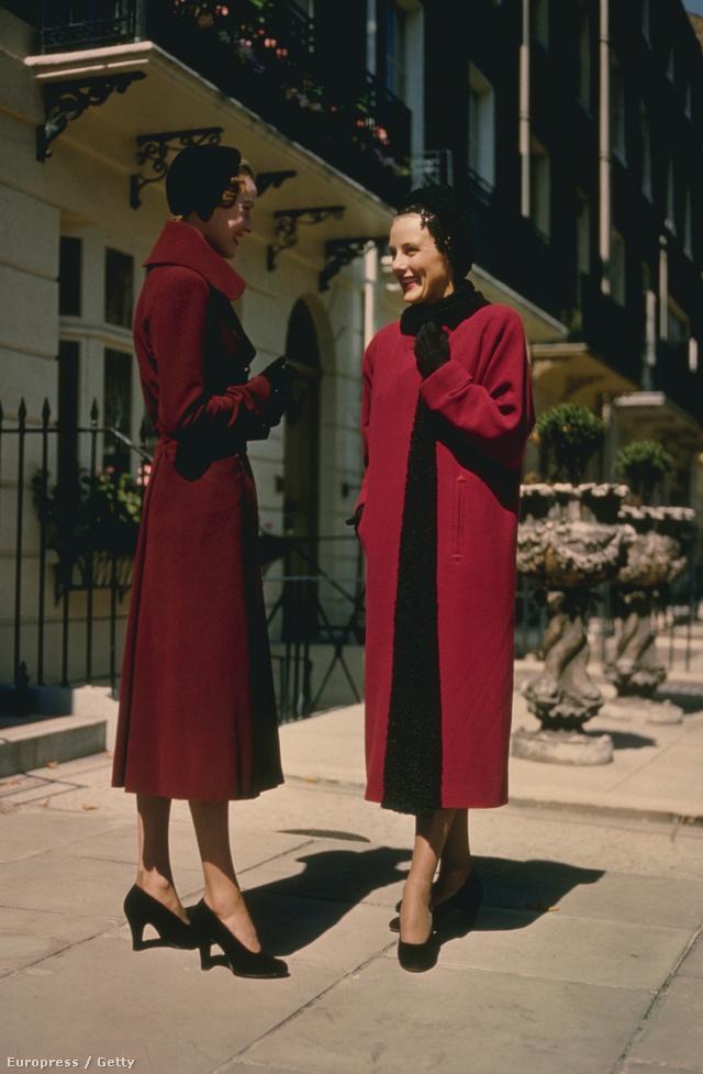 Piros és fekete, tökéletes páros. A kép az 1950-es években készült.