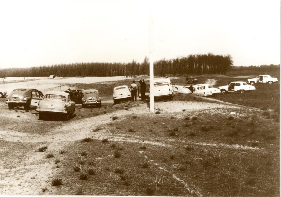 Az első terepszemle 1967 áprilisában, négy hónappal az atomerőmű építéséről szóló szovjet-magyar államközi egyezmény aláírása után. Az akkor még nagyközség Paks mellett a 30 kilométerrel délebbre fekvő Bogyiszló és a Dunától keletre fekvő Dusnok, korábban pedig Solt is szóba került. Végül árvíz- és belvízvédelmi szempontok és a talajösszetétel miatt esett a választás Paksra.
