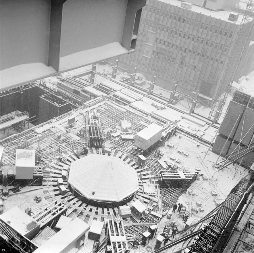 1980. január. Az épülő Paksi Atomerőmű II. számú reaktorának távlati képe.                         Mind a két épülő - ahogy az 1986-ban és 1987-ben beindított III-as és IV-es blokkok is - VVER V-213-as típusú, nyomottvizes reaktorok. (Ellentétben a forralóvizes csernobili atomerőművel.) Mindegyik 440 megawatt teljesítményre voltak képesek, a korszerűsítések után névleges teljesítményük ma már elérik az 500 megawattot. Tervben volt az erőmű további bővítése két ezer megawattos reaktorral, ám erről 1989-ben letettek. A bővítés majdnem negyedszázaddal később vált aktuálissá: többszöri csúszás után az idei év végéig ígérik a tender kiírását.