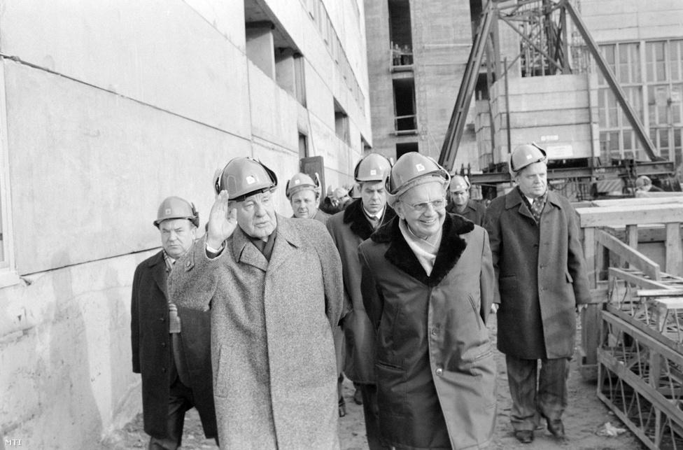 1979. decembere. A Paksi Atomerőmű építkezésén Kádár János az MSZMP Központi Bizottságának első titkára integet a dolgozóknak.