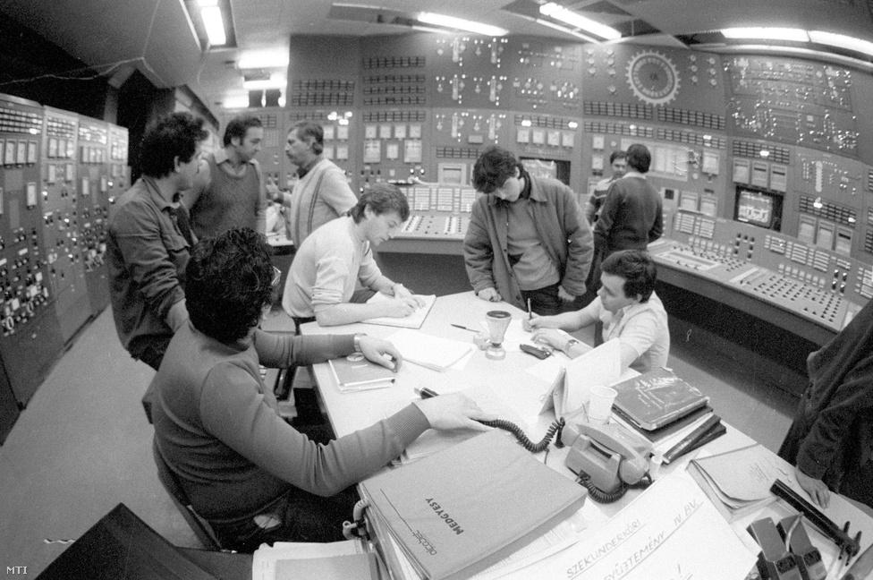 1987. március 22. Indítás előtti megbeszélés a Paksi Atomerőmű IV-es blokkjának úgynevezett melegjáratása előtt. A harmincöt napig tartó munkában - mely március 20-án kezdődött - a primerkört és a hozzá tartozó fő egységek többszáz vizsgálatát végzik el. Az üzembe állítás 1987. augusztus 10-én jön el.