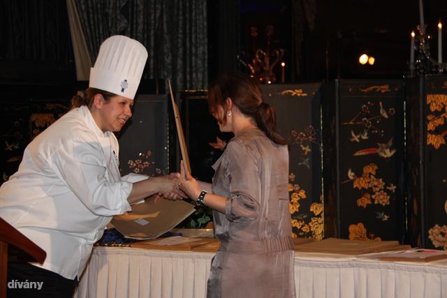 Laufer Judit átveszi a diplomát a Cordon Blue cooking schoolban