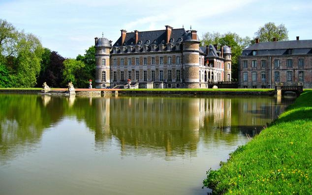 Belgium - Bár viszonylag kevesen vannak, akiknek a lelki szemei előtt Belgium jelenik meg mint a tökéletes nyaralás célpontja, mégis érdemes megfontolni egy belga nyaralást. Remek múzeumok, mennyei csokoládé, gofri és zseniális sörök várják a turistákat. Aktualitás is akad idén: az első világháború kitörésének 100. évfordulója kapcsán fesztiválokkalemlékeznek erre az időszakra.
