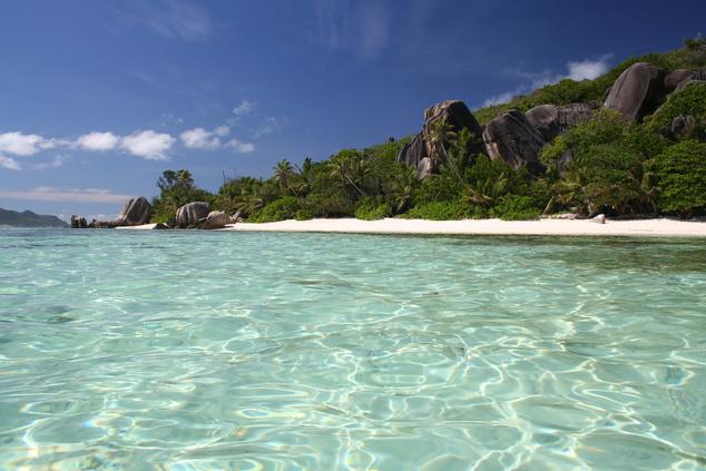 Seychelles-szigetek - Azúrkék óceán, hófehér homok, lenyűgöző vadvilág és több száz apró sziget várja a turistákat a Seychelles-szigeteken. Bár a köztudatban úgy él a szigetvilág, mint amit csak a leggazdagabbak engedhetnek meg maguknak, ma már más a helyzet - állítja a Lonely Planet. A luxus resortok mellett több panzió, vendégház nyílt az elmúlt években. Sőt, már apartmanokat is lehet bérelni, és a repjegyek árai sem olyan vészesek mint régebben voltak.