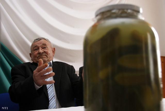Szoboszlai Barna, a kertjét árammal védő gazda később nagy népszerűségre tett szert, 2010-ben az Összefogás Párt miniszterelnök-jelöltje lett