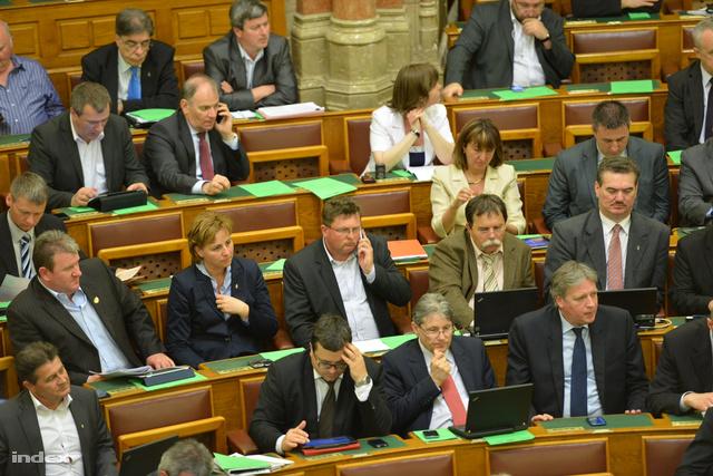 Balogh József (középen) telefonál a parlamentben aznap, mikor a sajtóban elterjedt a vak komondor-ügy