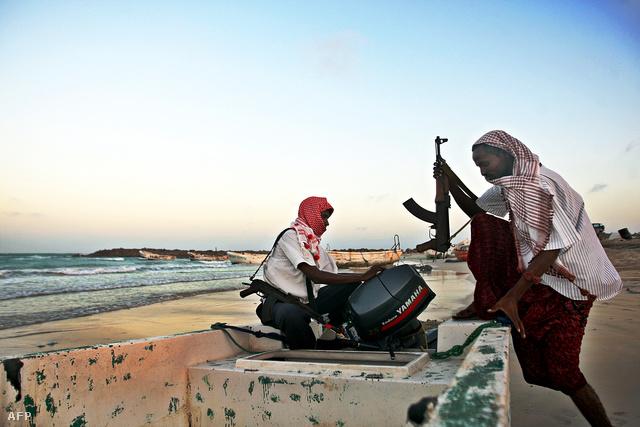 Szomáliai kalózok készülnek csónakjukat vízre tenni Hobyo partajinál, 2010. január 4-én.
