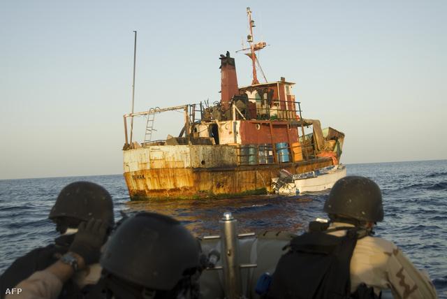 Amerikai Egyesült Államok Haditengerészetének csapatai az Ádeni-öbölben egy feltételezett kalózhajóhoz közelítenek, 2009. május 3-án.