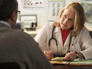 Kérdések, melyeket tegyen fel az orvosának, ha spórolni akar a gyógyszereken