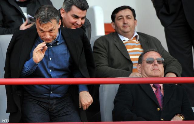 Mészáros Lőrinc (csíkos pólóban) Orbán Viktorral egy focimeccsen