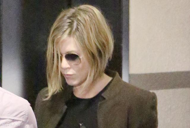 Jennifer Aniston rövid hajjal novemberben - állítólag terhes is.