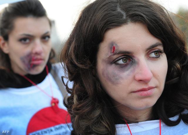 A családon belüli erőszak ellen tüntető nők Bukarestben