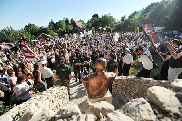 Fűrész György Csókakő polgármestere koszorút helyez el