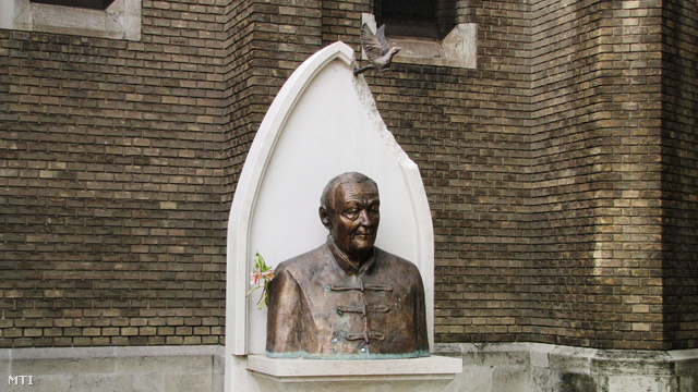 Wass Albert bronz mellszobra Tóbiás Klára alkotása (2008) a szegedi Kálvin téren.