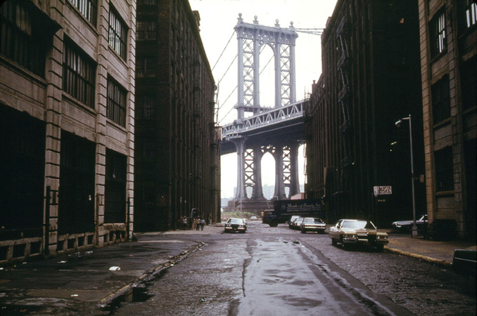 A street in Brooklyn in 1974, with the Manhattan Bridge in the background
