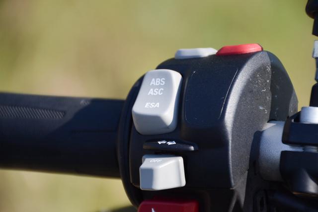 Itt állítható a rugózás, az ABS kikapcsolható. Az indexkapcsoló picike, de olyan precíz működésű, amihez foghatót még nem láttam