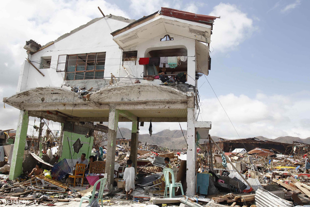 A Reuters szerint amerre járt, a térségek 70-80 százalékát pusztította el a vihar. Azokon a helyeken, ahova a segítség még nem tudott eljutni, a túlélők úgy mászkálnak a romok közt élelmet és szeretteiket keresve, mint a zombik - mondta el a hírügynökségnek egy helyi orvostanhallgató.