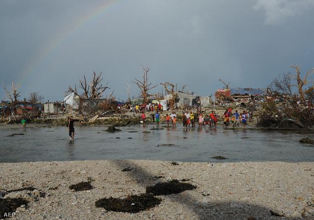 Az áldozatok számára vonatkozóan továbbra is csak becslések vannak: Tacloban városban több mint tízezren haltak meg, de a halálos áldozatok száma az ország többi részén is több százra tehető.