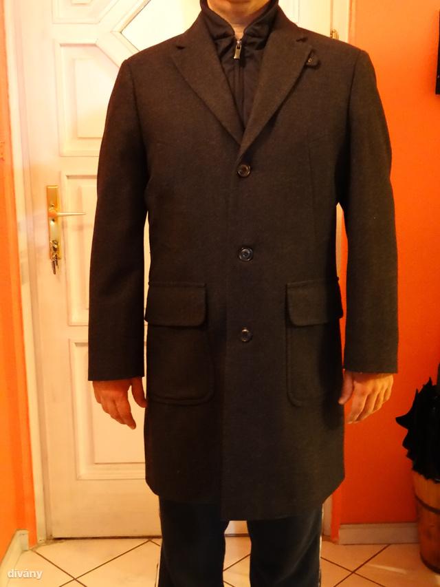 András nevű olvasónk Pierre Cardin márkájú kabátjáról küldött nekünk egy fényképet.