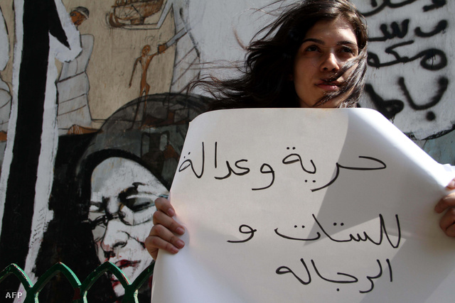 """""""Szabadságot és igazságot mindkét nemnek!"""" - olvasható az üzenetegy szexuális zaklatások miatt demonstráló transzparensén, Kairóban, 2012. július 16-án."""