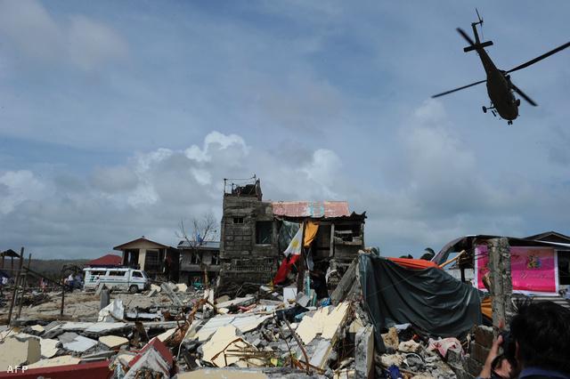 Az úttestre zuhant fák, összedőlt épületek és leszakadt vilanyvezetékek nehezítik a Fülöp-szigetekre érkező segélyszervezetek munkáját, egyes települések egyelőre teljesen megközelíthetetlenek.