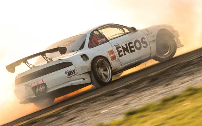 The white smoke of the tires turned yellow in the corny sunset, giving the impression that the S14 is on fire