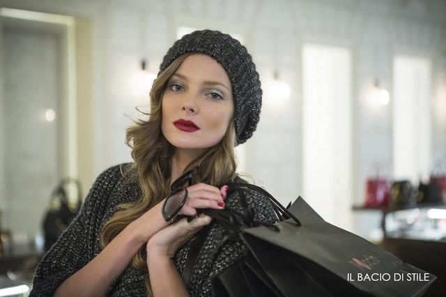 A nemrég meztelenül fotózkodó Mihalik Enikőről újabb sorozat látott napvilágot, ezúttal azonban felöltözve pózol az il Bacio di Stile luxusáruház ruháiban és kiegészítőivel.