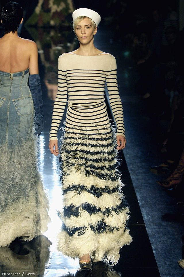 """""""2000 tavaszán olyan anyagokból és motívumokból szerettem volna elkészíteni az Haute Couture gyűjteményemet, ami a szó szoros értelemben véve nem tekinthető """"nemesnek"""". -mondja Gaultier."""