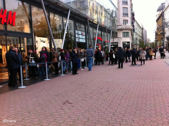 A biztonsági őröktől megtudtuk, ők fél hatra érkeztek, és ekkor már volt, aki az üzlet előtt várakozott.