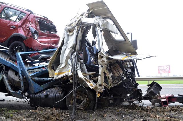 Az útzár csak 9.40-kor szűnt meg. Az ütközés ereje akkora volt, hogy a szállított autók is összetörtek.