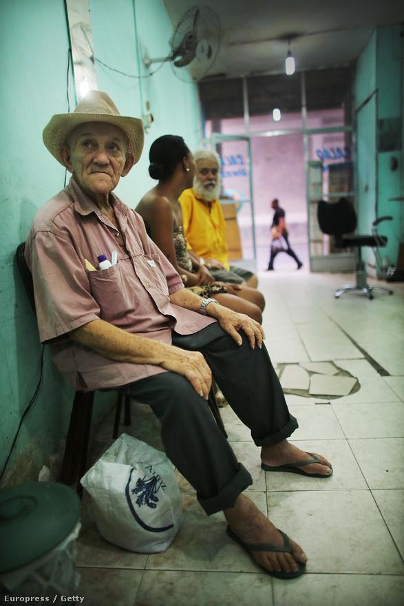 A 79 éves Jose Carvalho sem sokáig üldögélhet majd megszokott borbélyüzlete előtt.                         Az megkérdőjelezhetetlen, hogy Brazíliában imádják a sportot, a futballt és a strandröplabdát mindenképpen, de sportlétesítményekkel Rio sem állt túl jól. A sikeres olimpiához azonban nem csak a versenyhelyszíneket kell biztosítani, hanem normális közlekedést és infrastruktrúrát is. Hiába számít Rio igazi turistavárosnak, nyomornegyedek tagolják.