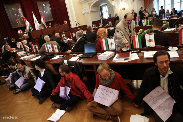 Az aktivisták kórusa a gyászszünet után újra felerősödik, de ennek ellenére megkezdődik a szavazás. A napirendet megszavazták.
