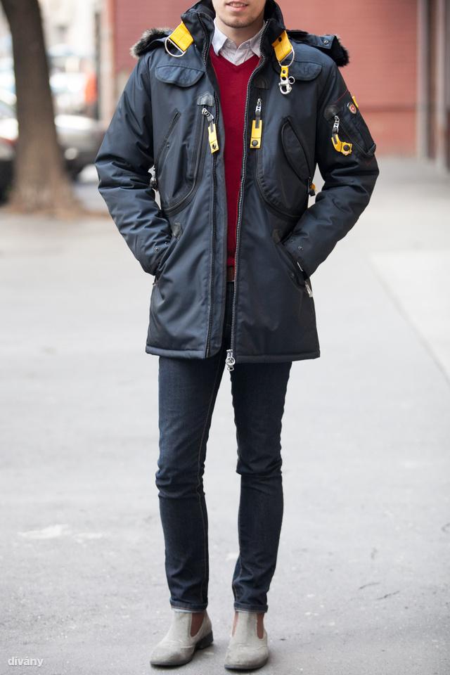 Ez a kabát 109 900 forintba kerül. Multifunkciós kabát sok külső belső zsebbel, ripszdíszítéssel, gallérján karabínerrel. Anyaga szél- és vízálló, a díszek betétei igazi bőrből vannak.