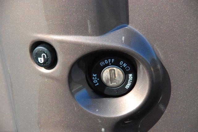 A gombnyomást követi az elektromotor halk zúgása és az ülés máris kinyitható