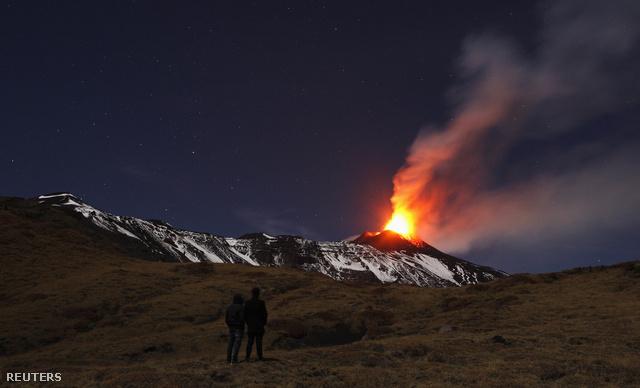 Ismét kitört - idén már tizenhatodszor - az Etna, Európa legaktívabb vulkánja, vörösre festi az eget Szicília keleti felének nagy részén, és hatalmas hamufelhőt lövell.