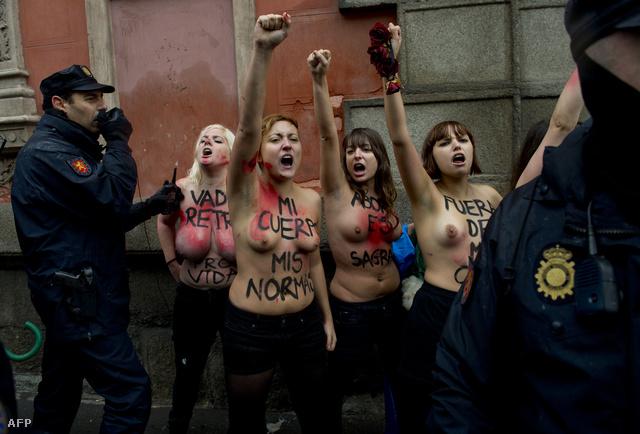 Az abortuszt ellenzők vasárnapi madridi felvonulását az abortuszt fennhangon támogató, Femen nevű - ukrán eredetű, párizsi központú - feminista csoport tagjai zavarták meg.